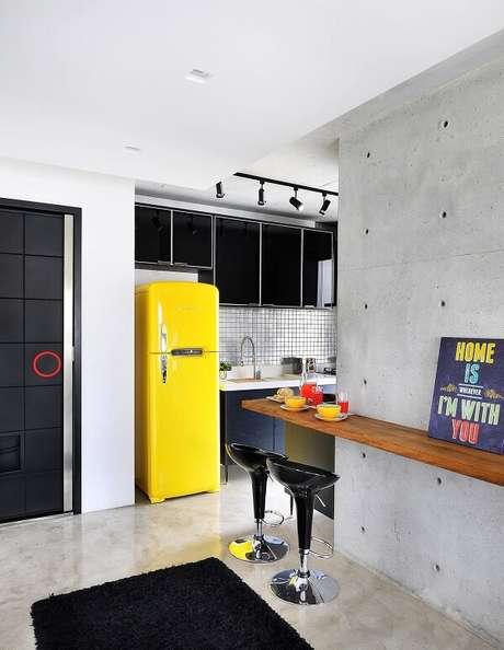 62. A presença do quadro para decorar cozinha traz descontração ao espaço. Projeto por IBD Arquitetura