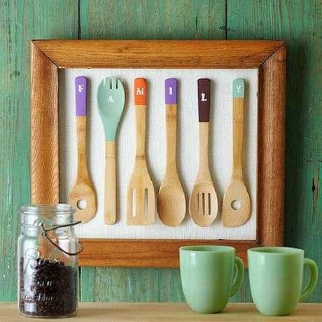 57. Colher de pau enquadrada forma um lindo quadro para cozinha. Fonte: Pinterest