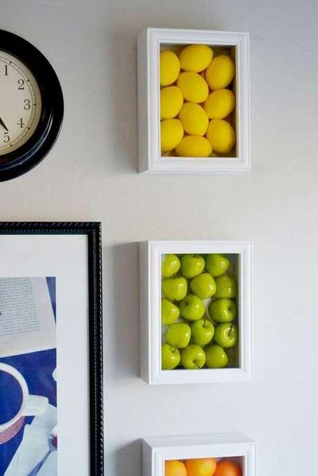 52. Frutas de mentira podem ser enquadradas formando lindos quadros decorativos para cozinha. Fonte: Pinterest
