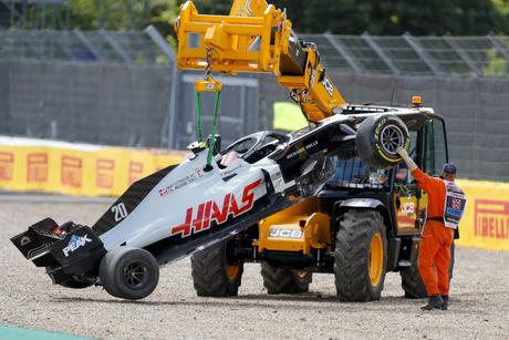Com menos funcionários em Silverstone, remoção dos carros levou mais tempo que o habitual