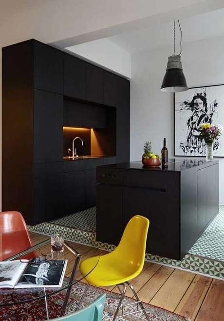 50. Modelo de quadro decorativo para cozinha moderna com acabamento preto e branco. Fonte: Pinterest
