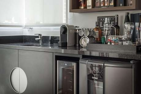 41. Na falta de espaço apoio os quadros decorativos para cozinha na bancada. Projeto por Ornare
