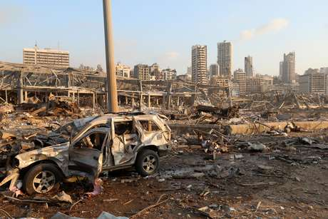 Carro destruído após explosão no centro de Beirute