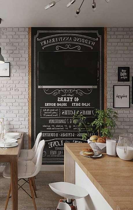 38. O quadro negro de avisos e recados ocupa grande parte da parede da cozinha. Fonte: Pinterest