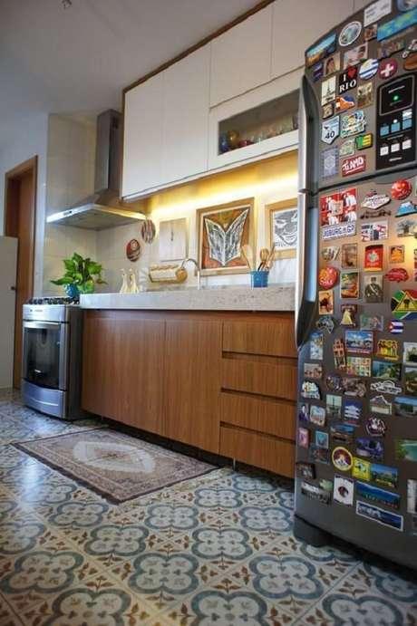 35. Os quadros decorativos para cozinha foram fixados acima da bancada. Projeto por Estúdio Ferdi