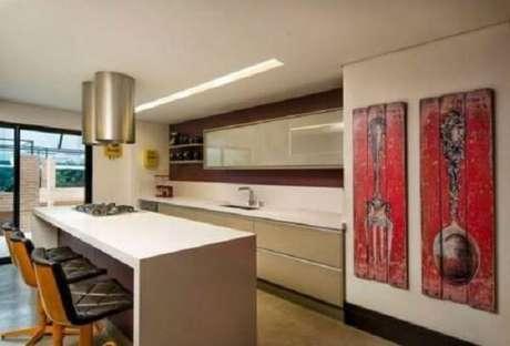 31. Os quadros decorativos para cozinha feitos em madeira rústica trazem estilo ao ambiente. Fonte: Pinterest