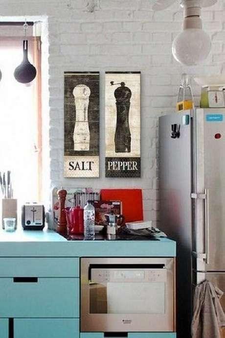 30. Os quadros decorativos para cozinha pintados diretamente na madeira conferem um toque rústico ao ambiente. Fonte: Pinterest