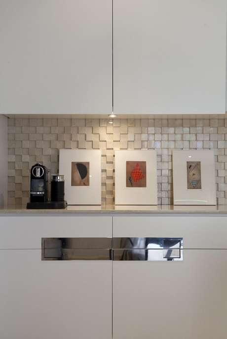 33. Os quadros decorativos para cozinha seguem o mesmo padrão de acabamento. Projeto por Marcelo Rosset Arquitetura