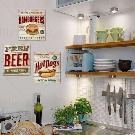 29. Os quadros decorativos para cozinha vintage trazem personalidade para a decoração. Fonte: Pinterest