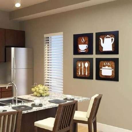 27. Os quadros decorativos para cozinha com moldura preta trazem elegância e combinam com diferentes estilos. Fonte: Pinterest