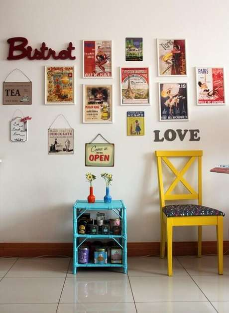 25. Placas e quadros decorativos para cozinha vintage são perfeitos para complementar o ambiente. Fonte: Pinterest