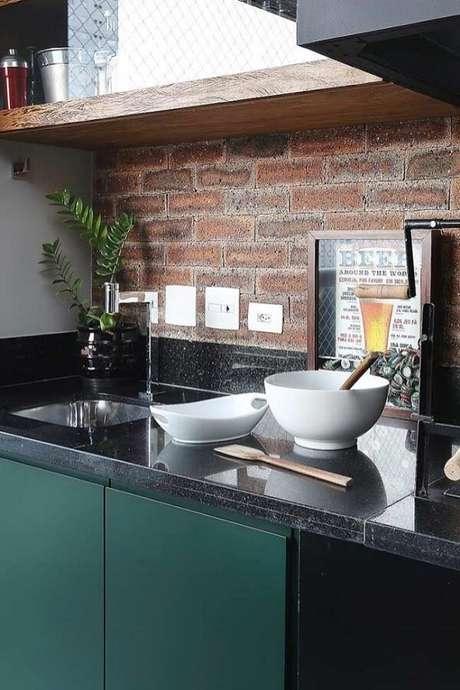 23. Quadros para decorar cozinha tipo nicho serve para guardar tampas de garrafas. Fonte: Pinterest