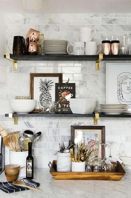 6. Use prateleiras ou estantes para apoiar os quadros decorativos para cozinha, caso não tenha espaço para pendurá-los na parede. Fonte Pinterest