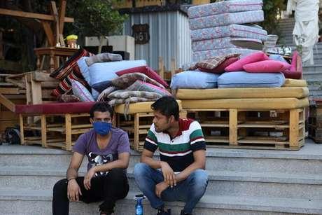 Multidão está na Praça dos Mártires perto da área da explosão