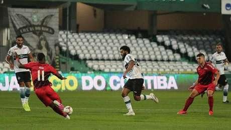 Athletico-PR conseguiu virada nos acréscimos e sagrou-se campeão paranaense