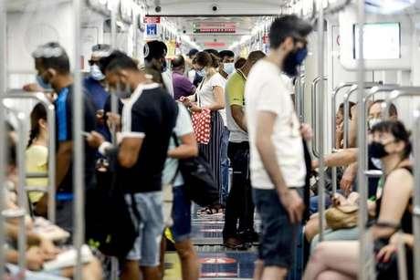 Passageiros no metrô de Milão, norte da Itália, em 1º de agosto