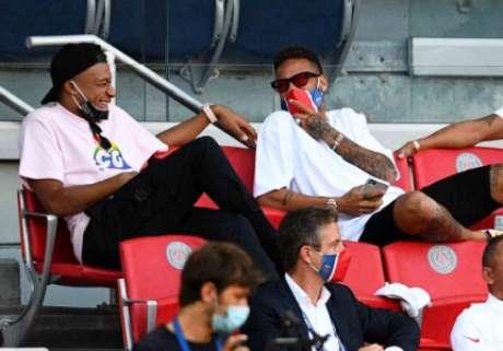 Mbappé e Neymar rindo na arquibancada (Foto: FRANCK FIFE / AFP)