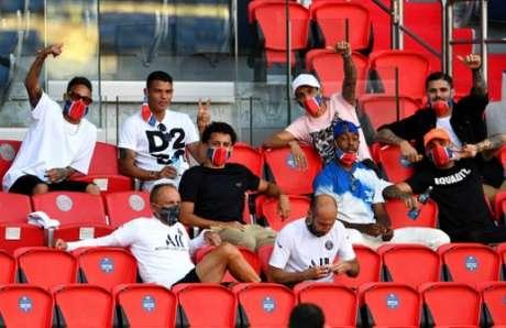 Jogadores do PSG na arquibanda do Parque dos Príncipes (Foto: FRANCK FIFE / AFP)