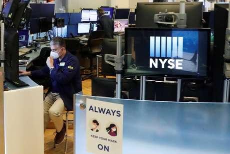 Operador ajusta sua máscara enquanto trabalha no pregão da Bolsa de Valores de Nova York, em 28 de maio de 2020. REUTERS/Lucas Jackson