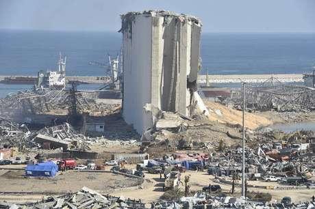Vista da área portuária de Beirute após explosão que matou mais de 130 pessoas