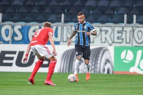 Everton Cebolinha tenta a jogada no clássico contra o Internacional