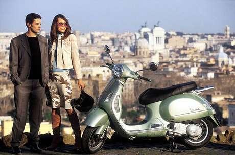 Motocicleta Vespa é tema de um dos vídeos da especialista em design