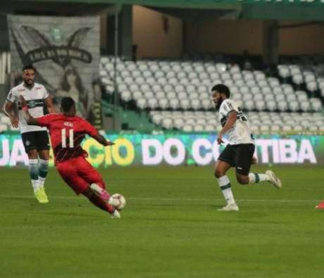 Coritiba foi derrotado em casa e viu o Athletico erguer a taça no Couto Pereira (Divulgação/Coritiba)