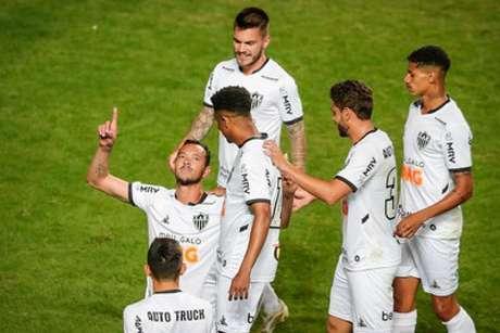 Réver comemora com companheiros na vitória do Galo (Bruno Cantini/Atlético-MG)