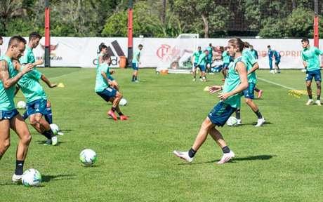 Rafinha e Filipe Luís em ação com o grupo, no Ninho do Urubu (Foto: Alexandre Vidal / Flamengo)