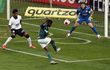 Ramires finaliza contra o gol de Cássio no clássico entre Palmeiras e Corinthians no Itaquerão