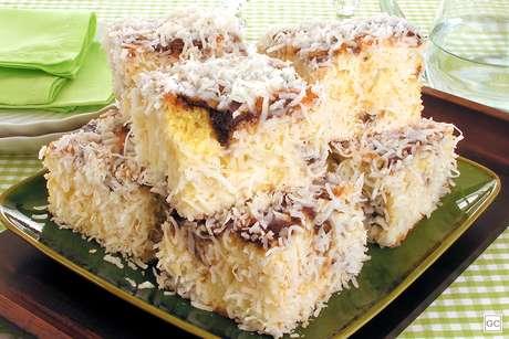 Guia da Cozinha - Bolo de coco gelado: 9 receitas molhadinhas e com muita cobertura!