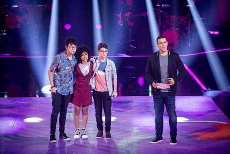 Participantes Maria Alice Santana, Pedro Ogata, Victor Hugo Mendes e o apresentador André Marques, do 'The Voice Kids'