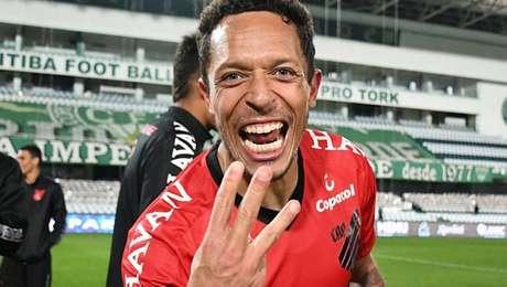 Adriano deixa o time e deve voltar ao futebol europeu