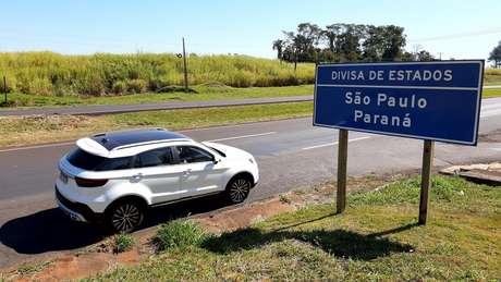 Uma pausa para foto na divisão do Paraná com São Paulo, após o Rio Paranapanema.
