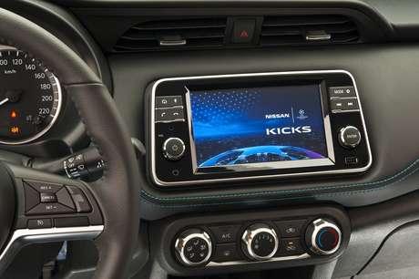 Conectividade Apple CarPlay e Android Auto, rádio AM/FM, entrada auxiliar para MP3, conector USB e bluetooth.