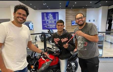 Douglas Nascimento, o motoboy Matheus Pires e o humorista Matheus Ceará