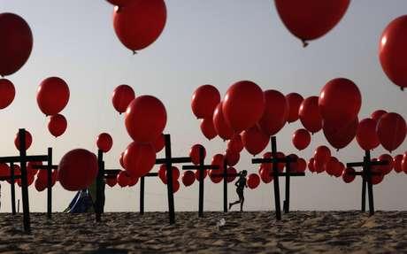 Cruzes e balões vermelhos homenageiam os mais de 100 mil mortos pela Covid-19 no Brasil 08/08/2020 REUTERS/Ricardo Moraes