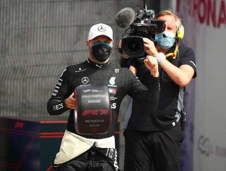Bottas supera Hamilton por 63 centésimos e garante pole