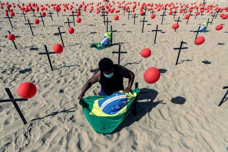 Instalação em Copacabana, no Rio de Janeiro (RJ), lembra as 100 mil vidas perdidas no Brasil durante pandemia