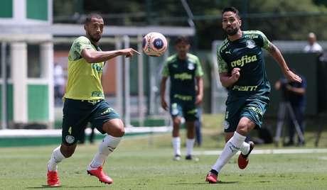 Os zagueiros Vitor Hugo e Luan durante treino na Academia de Futebol (Agência Palmeiras/Divulgação)