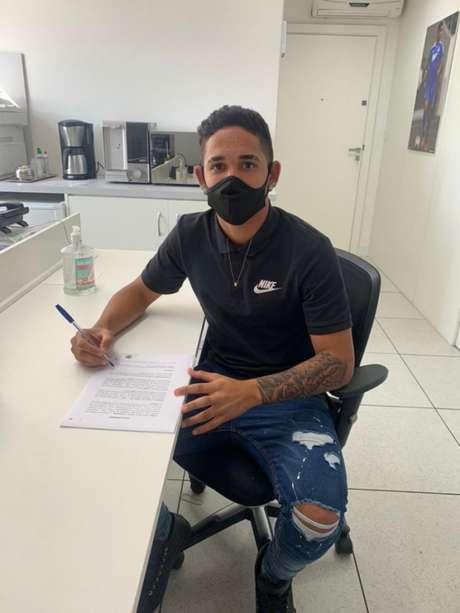 Jhonata Robert assinou contrato de empréstimo com o Famalicão (Divulgação)