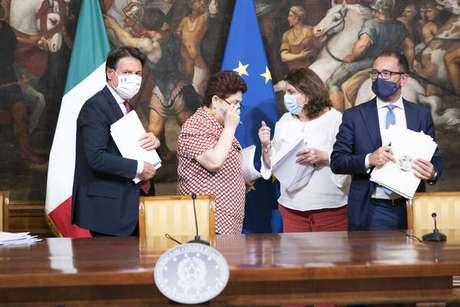 Premiê Giuseppe Conte apresenta decreto com medidas de combate à pandemia de coronavírus