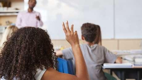 Brasil ainda se mantém distante das metas de manter jovens na escola e nas séries corretas para suas idades
