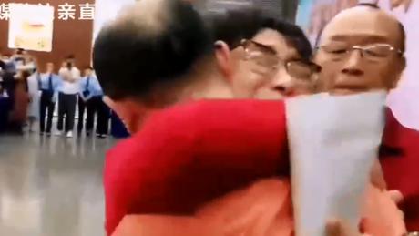 Abraço no momento em que Li Jingzhi viu seu filho pela primeira vez em 32 anos.