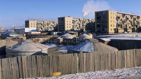 Muitas pessoas, às vezes famílias inteiras, ainda moram em tendas em Ulaanbaatar, capital da Mongólia