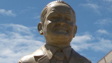 Nelcy ganhou um busto da Marinha que, hoje, está em frente ao Terminal Marítimo de Passageiros do Porto do Recife