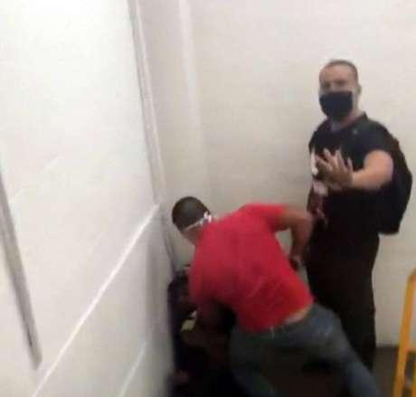 Dois homens obrigaram Fernandes a sair da loja e seguir até uma escadaria, onde ele foi ameaçado e teve que entregar a carteira com documentos.