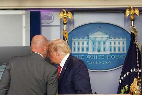 Presidente dos EUA, Donald Trump, é retirado de entrevista na Casa Branca por agente do Serviço Secreto 10/08/2020 REUTERS/Kevin Lamarque