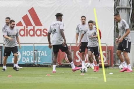 Pedrinho e Gilbeto, ao centro da imagem, em treino do Benfica (Foto: Divulgação / Benfica / Site oficial)