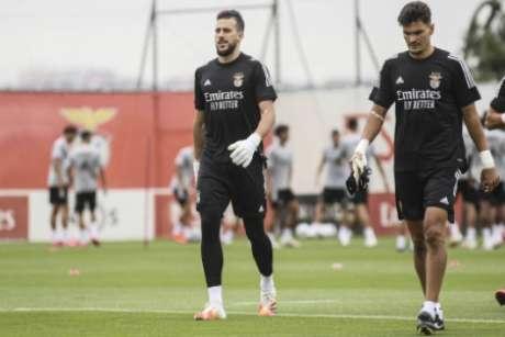 Helton Leite ao lado do goleiro Zlobin (Foto: Divulgação / Benfica / Site oficial)